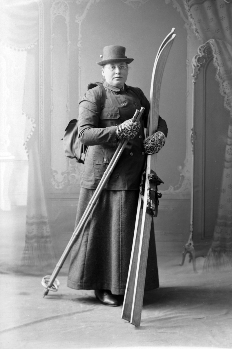 Anna Bertheussen, studiofotografert i helfigur med skiutstyr.