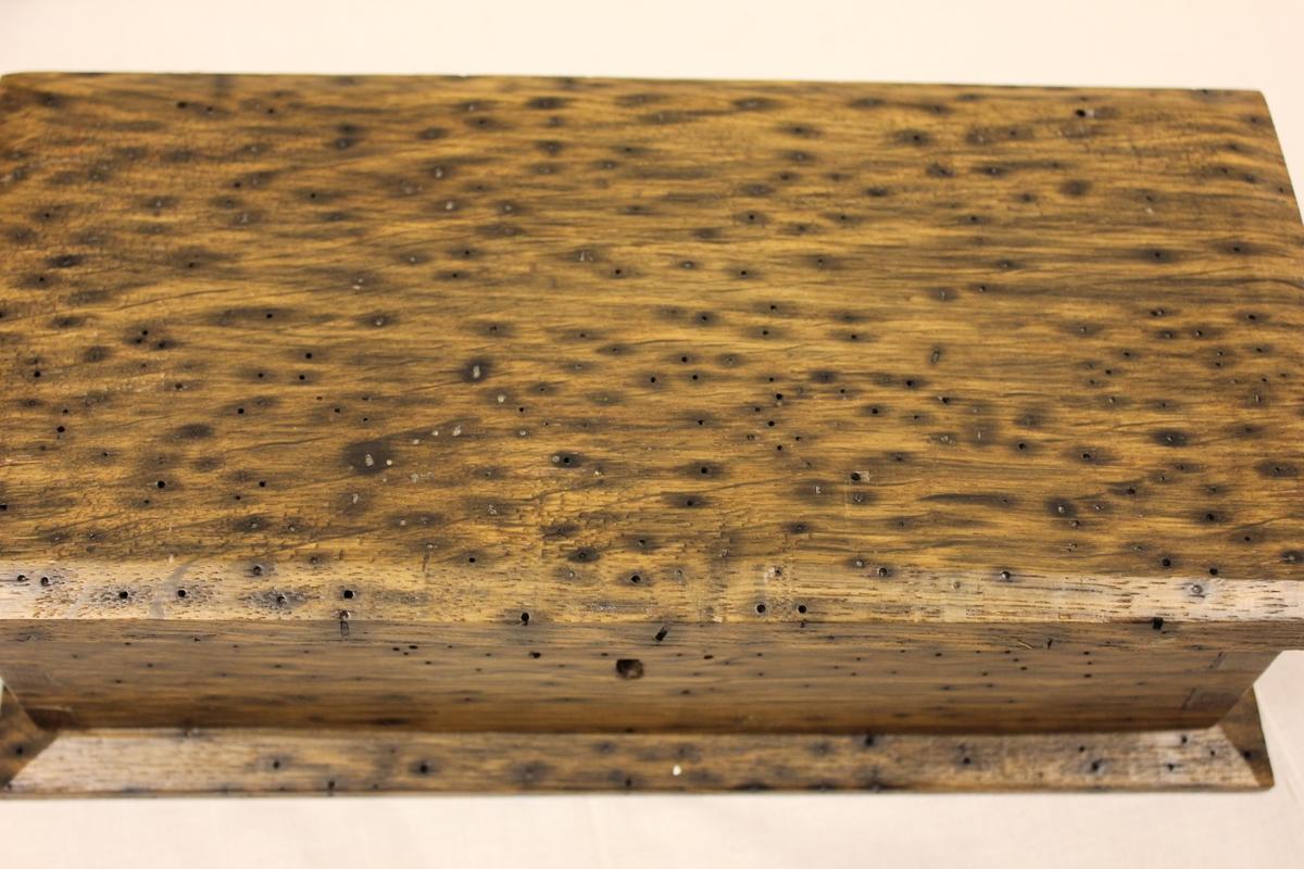 Laget av Salve Kragstadmoen. Matrialene ut i fra ei myr på Tryland. Alder på matrialene er 2600 år.