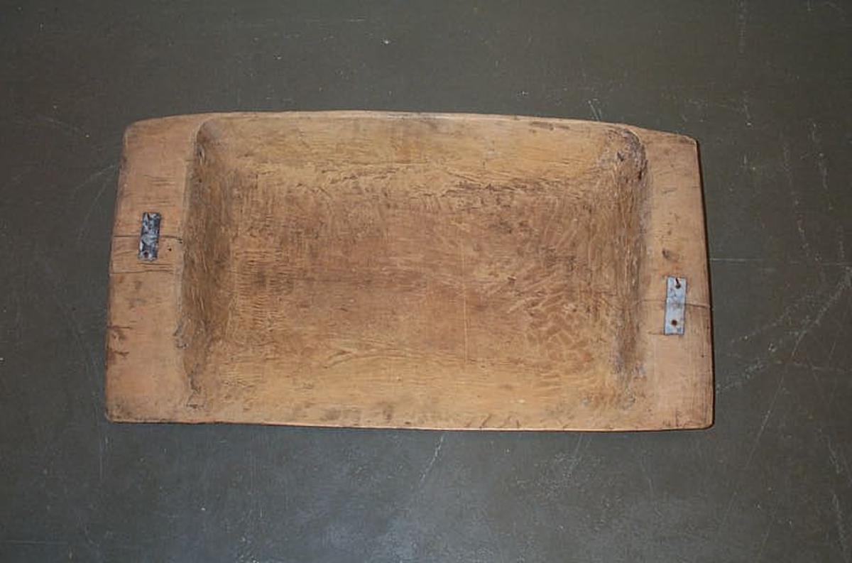 Form: Rekt. Karforma utoverskrånande. Rette(23 (15) gavlar m/gripekant. I botnen innfelt perforert jarnblekk i heil botnlengde og ca 17 cm breidt. Den eine sida er litt flåare/flater ut for at lettekornet lettere kan kunne fyka over kanten. Med litt vinddrag i lufta fauk også rusk og agner ut ov er kanten og tyngste kornet vart liggande att i botnen. Litt: Tust og tresking, Jon Bergsåker s.61. Stavanger 1978.