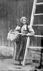 "Mari Bøa i Råde, legdekjerring i Råde, ca. 1865-70. ""Lægdek"