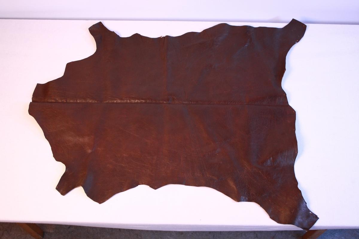 Saueskinn. Skinnet er behandla og farga. Låg i kiste KSF.011084.
