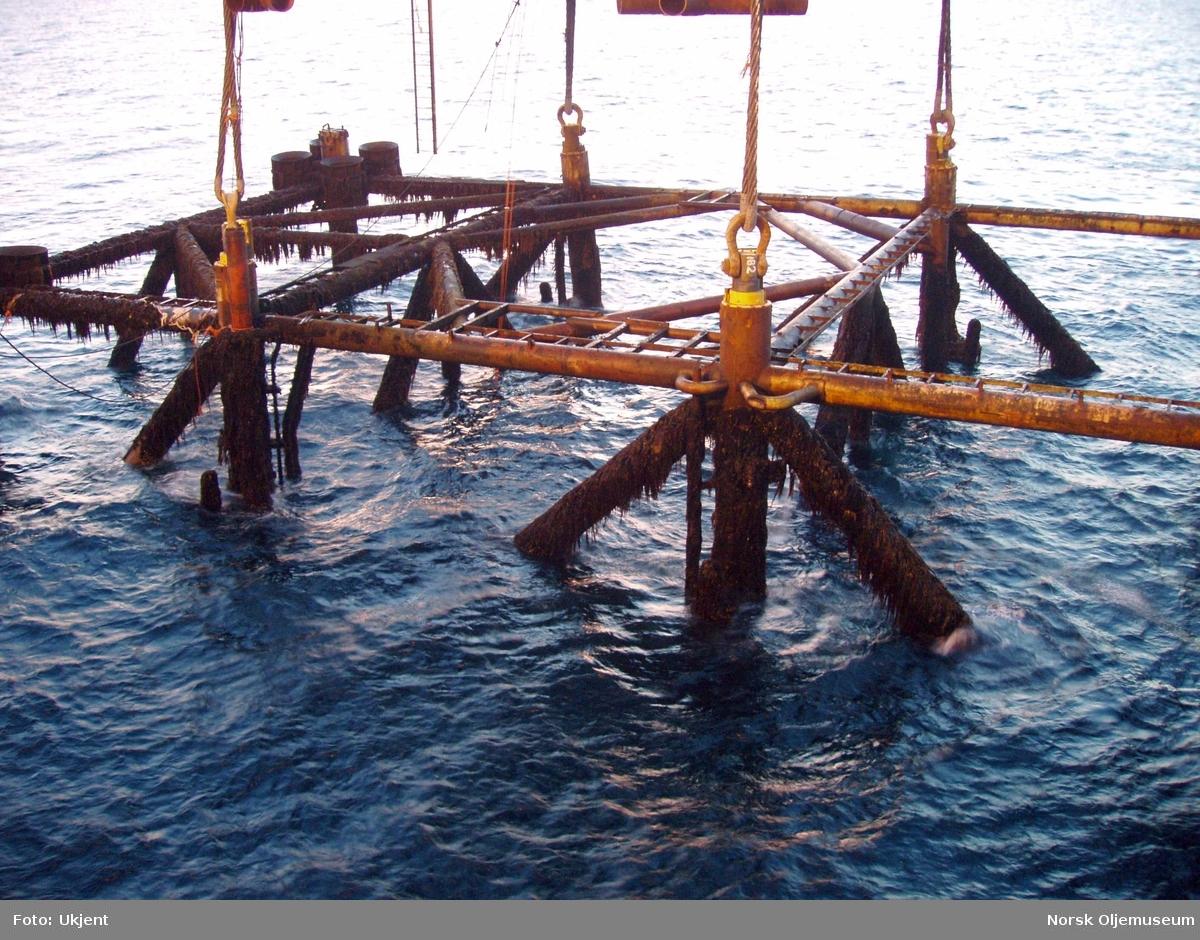 DP 1 - det såkalte vraket på Frigg-feltet er i ferd med å løftes fra havbunnen hvor det har stått de siste drøye 30 år.