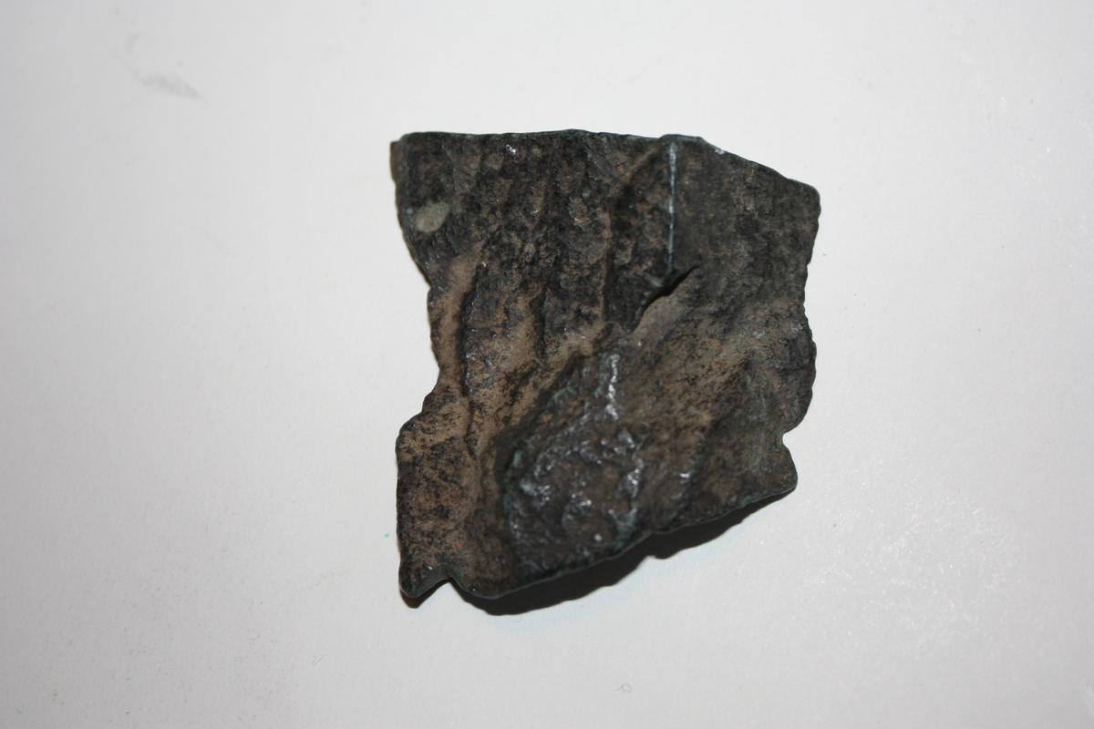 Form: Firkanta Trakt med hestesko. Hesteskoen har L:1,2 cm. B:1,0 cm. Svakt knappemønster er rissa inn ved siden av hesteskoen.