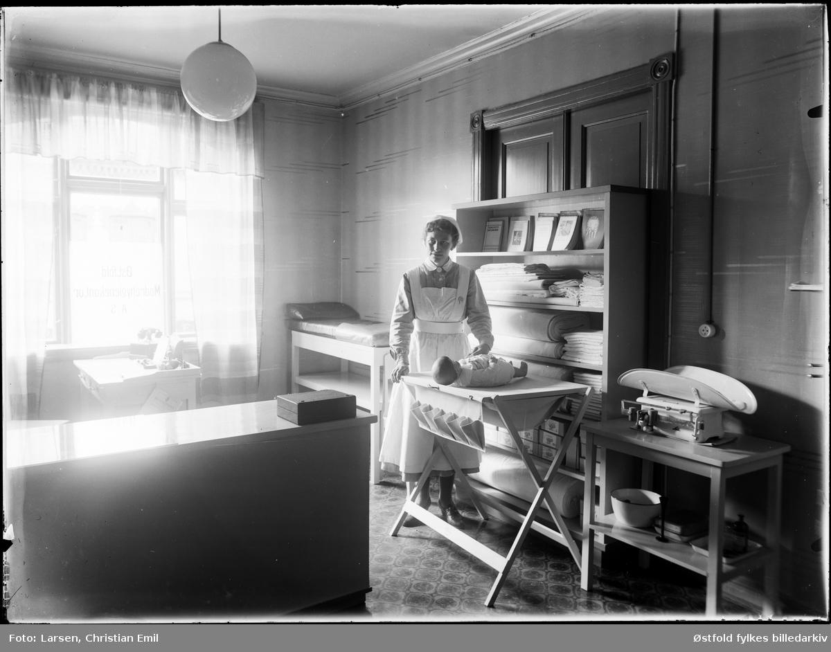 Spebarnskontroll ved  Østfold mødre- og barselhjem i Storgata i Sarpsborg 1944. Også kalt mødrehjemmet. .  Det var Katti Anker Møller som hadde ideen til mødrehjemmet sammen med arbeiderpartienes kvinneforeninger i Østfoldbyene. Allerede  1917 ble hjemmet etablert i en bygning nær sykehuset. Tanken var at  alenemødre skulle få et forsvarlig opphold her under fødselen og de nærmeste ukene og månedene etter fødselen. Av og til tok mødrehjemmet seg av barna en stund der det var vanskelige forhold for mødrene hjemme. Mødre- og barselhjemmet var delt opp i to avdelinger,  - den andre avdelinga var et vanlig fødehjem. Det ble gitt bidrag til mødre- og barselhjemmet både fra staten og Østfoldbyene, slik at prisen for oppholdet kunne settes lavest mulig. I 1935 flyttet mødrehjemmet inn i nybygde lokaler i Storgata. Bygningen ble tegnet av arkitekt Arne Pedersen, og var i funkisstil. Det hadde plass til 19 fødende kvinner og 6-8 alenemødre med barn. I 1948 overtok Sarpsborg kommune ansvaret. Ansatt gynekolog i 1952.  I 1964 fikk Sarpsborg sykehus egen fødeavdeling og mødre- og barselhjemmet ble omgjort til pleiehjem.