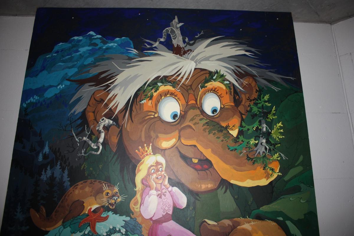 Dyr, nisse, vetter, troll og prinsesse. Jente i Sunnfjordbunad