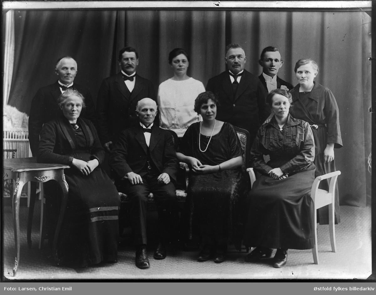 Ukjent familiegruppe 1926, innmontert person. eller et styre? Sammenmontering av gruppebilde og portrett. Sammenkobling.