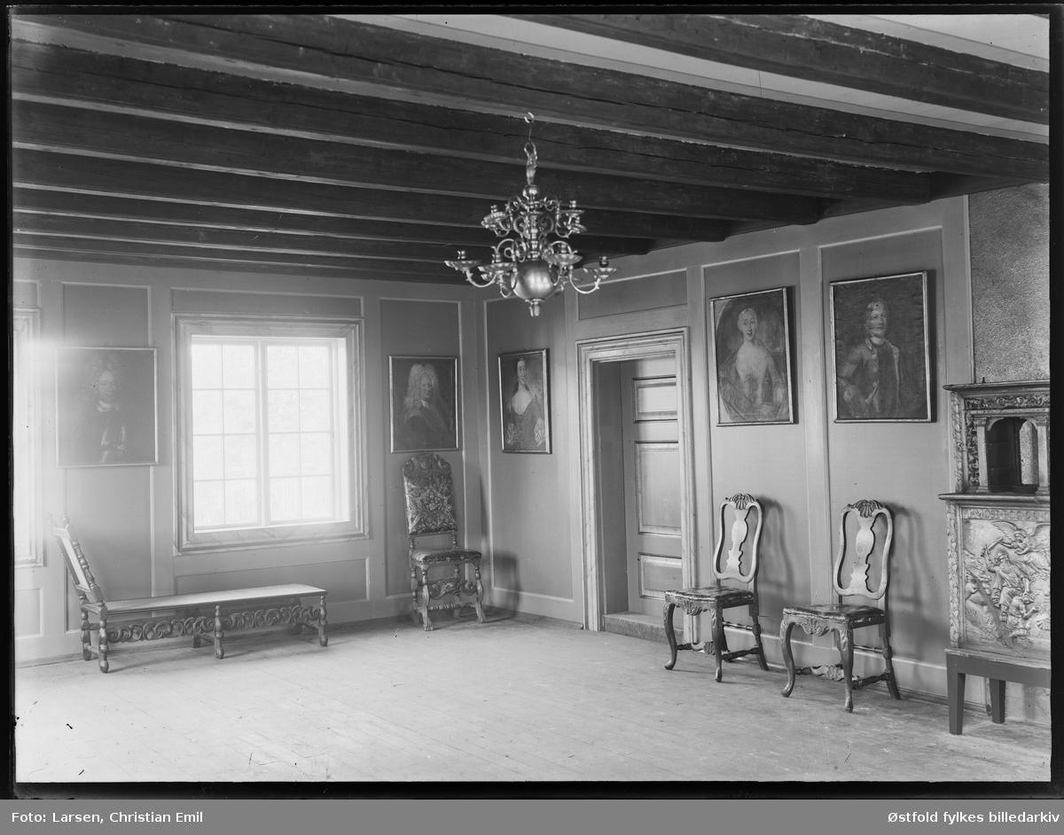 Borgarsyssel Museum, stueinteriør fra Snekkenesbygning, Werenskiold-salen.  Snekkenes-bygningen var oppprinnelig hovedbygning på Snekkenes Bruk, Os i Rakkestad.  Revet i 1920, flyttet til museet i 1921.