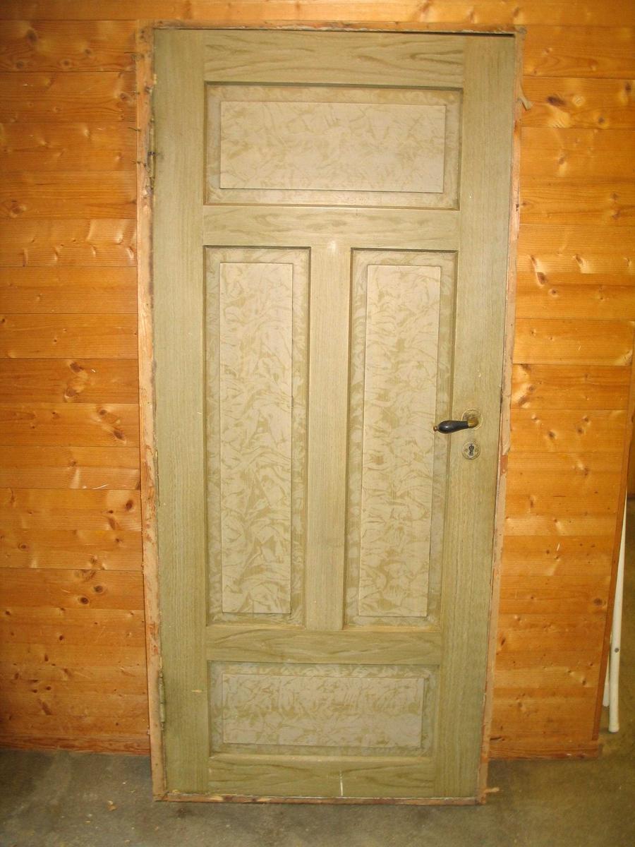 Døra er ådra på eine sida, marmorert på den andre
