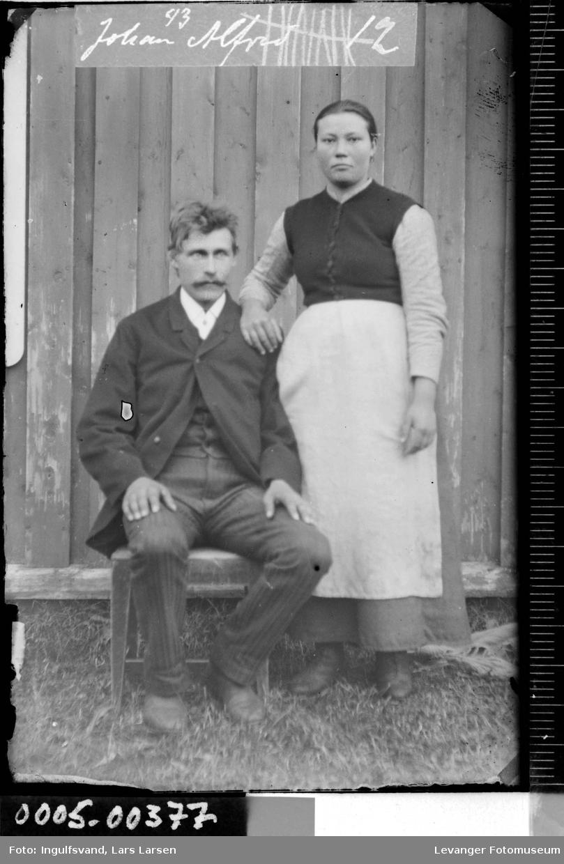 Portrett av mann og kvinne i helfigur.