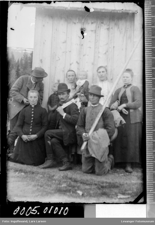 Gruppebilde av tre menn, fire kvinner og to barn.