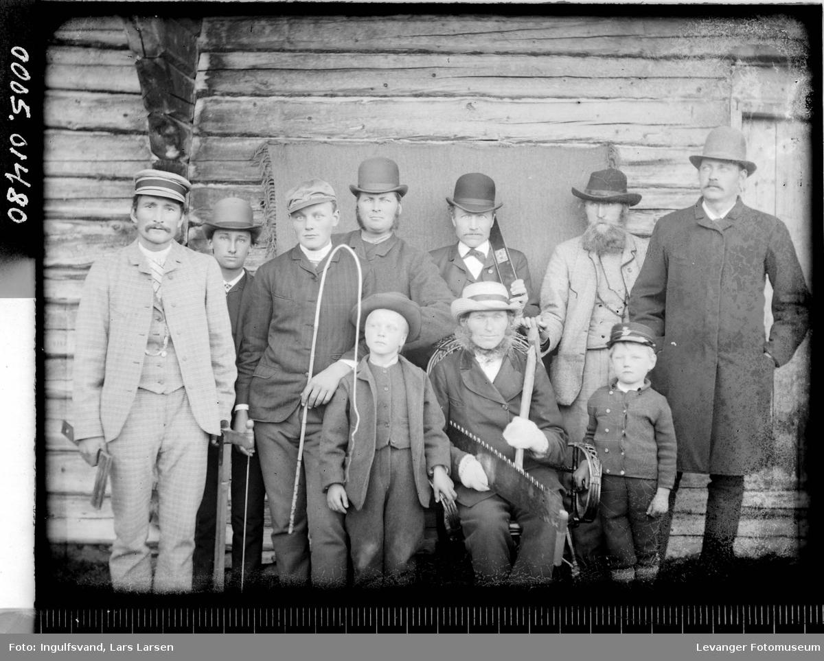 Gruppebilde av åtte menn og to gutter.