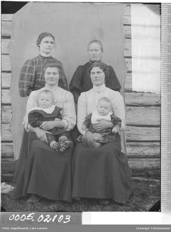 Gruppebilde av fire kvinner og to barn.