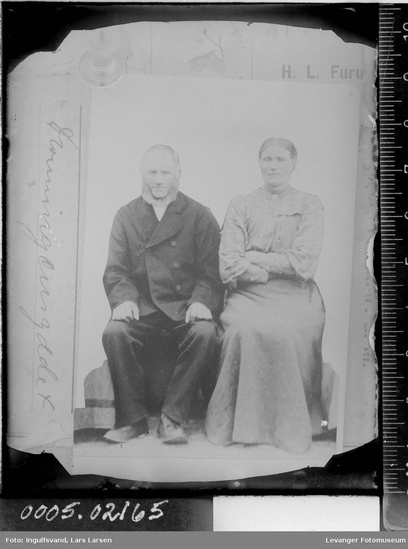 Portrett av sittende kvinne og mann.