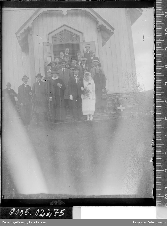 Brudefølge ved en kirke.