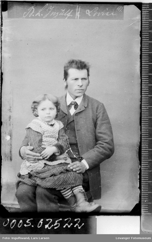 Portrett av sittende mann med et barn på fanget.