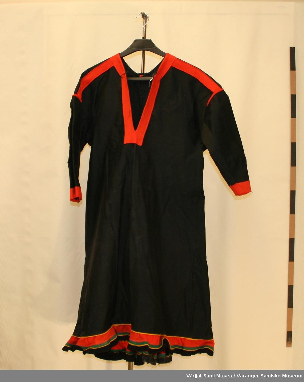 Damekofte er sydd i svart bomullssateng. Kofta er sannsynligvis fra Sør-Varanger. Det er grønnfargen som pynt som er spesielt for Sør-Varanger kofta. Denne har kun rødt klede som pynt på skuldrene og  ryggen, mens nedre kant er pyntet med gult/rødt/grønt/ sort klede.  Kofta har også en brystlomme (på innsida). Den har blitt tråkla fast og vises godt fra utsiden.