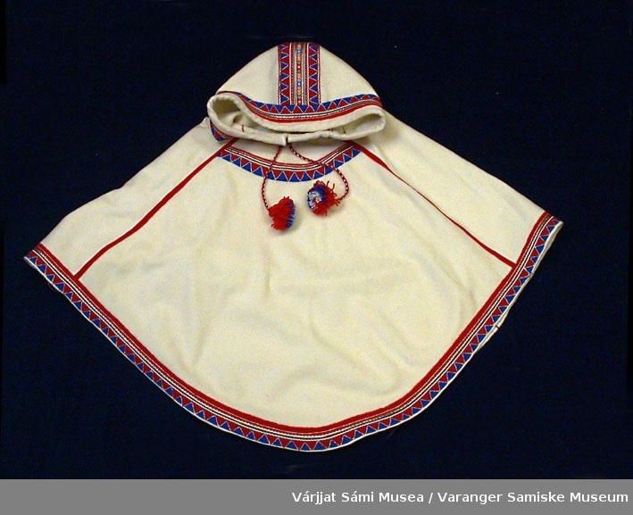Luhkka av hvit klede. Pynteband i rødt og blått.