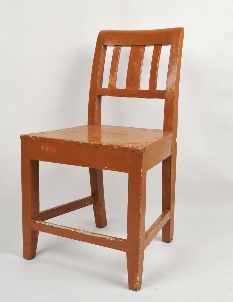 Grindestol med gul måling. Der målinga er slitt av ser ein restar etter kvit måling. Rygg med tverrspile og tre vertikale spilar. Fire bein med tverrspile på kvar side og i front.