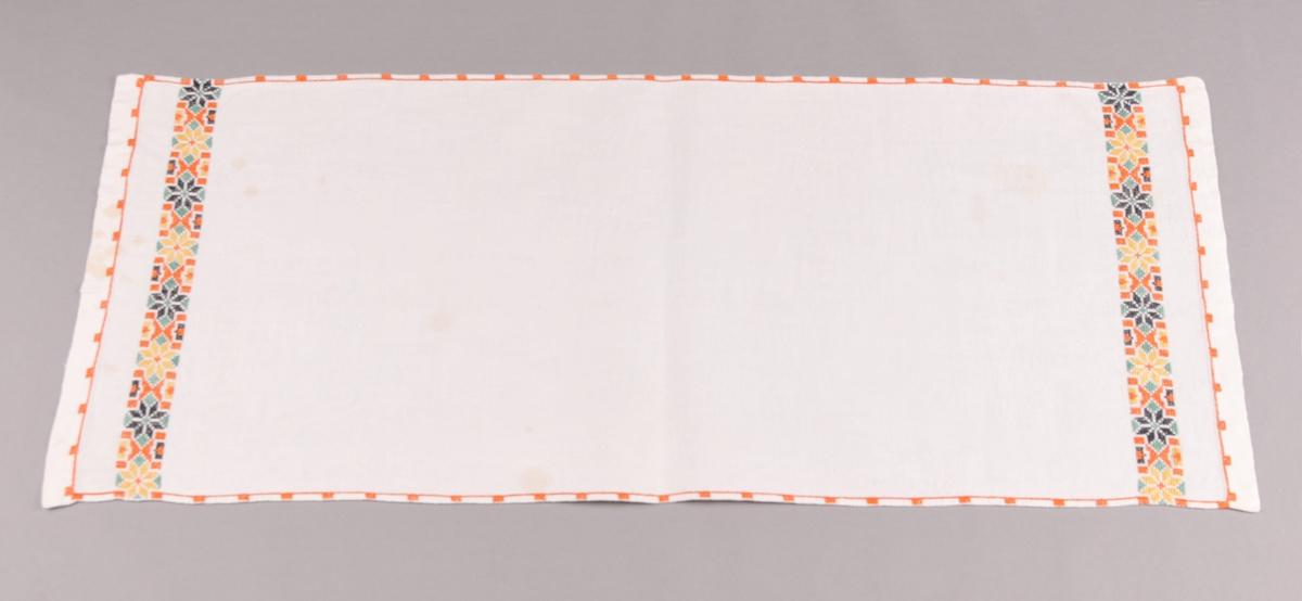 Løpar i kvitt linlerret med ein  bord av åttebladroser langs kvar kortside. Brodera i korssting med gult, orange, grøn og svart moulinégarn.  Motiv: åttebladroser og med timeglasforma figurar imellom kvar.