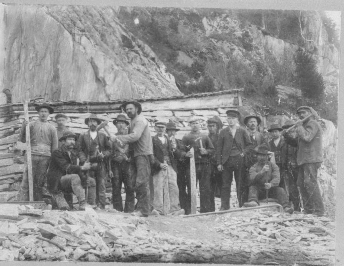Frå brynesteinsbrotet i Eidsborg 1908, brynesteinsarbeidarar.