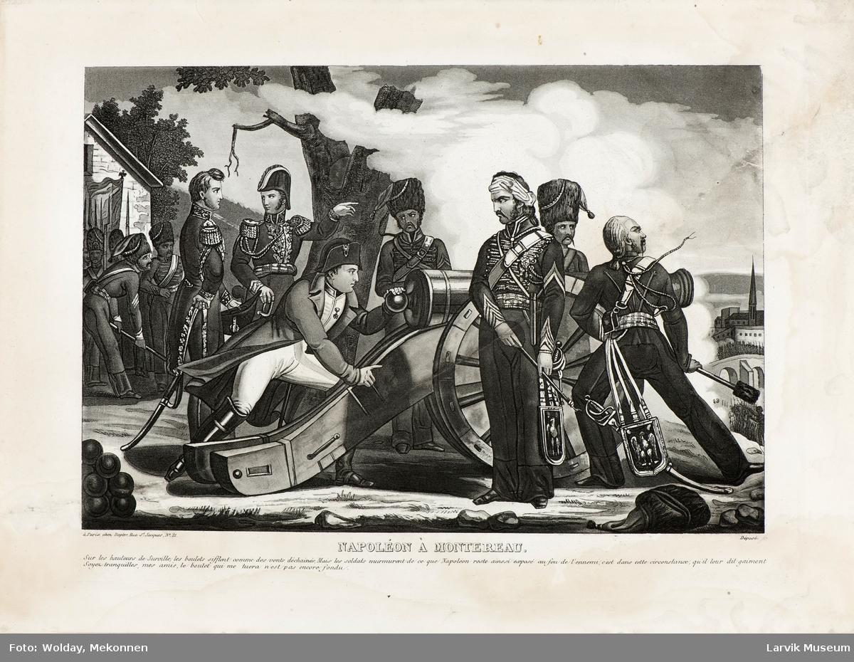 Napoleon sammen med 6 offiserer bak en kanon
