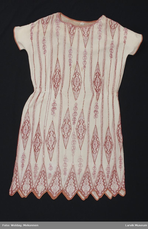 kjolen er overbrodert med langsmale spissruter