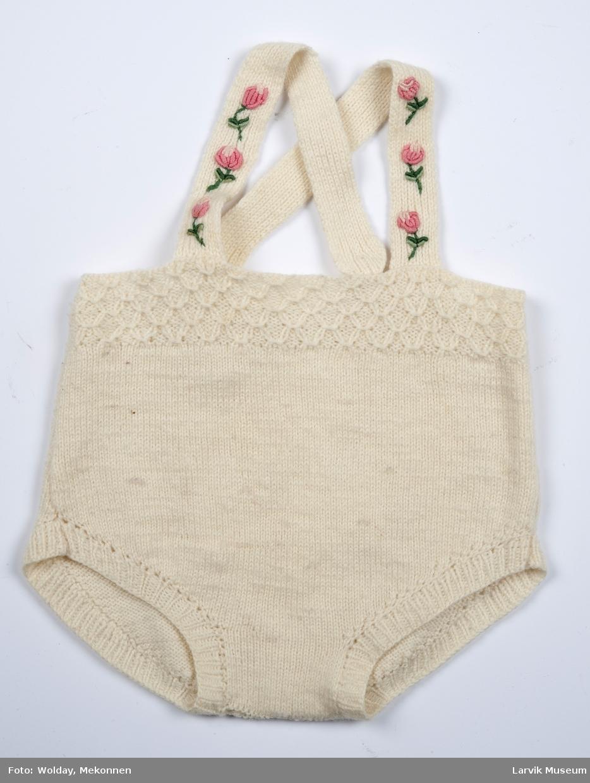 Kort strikkebukse med seler med påsydde roser.