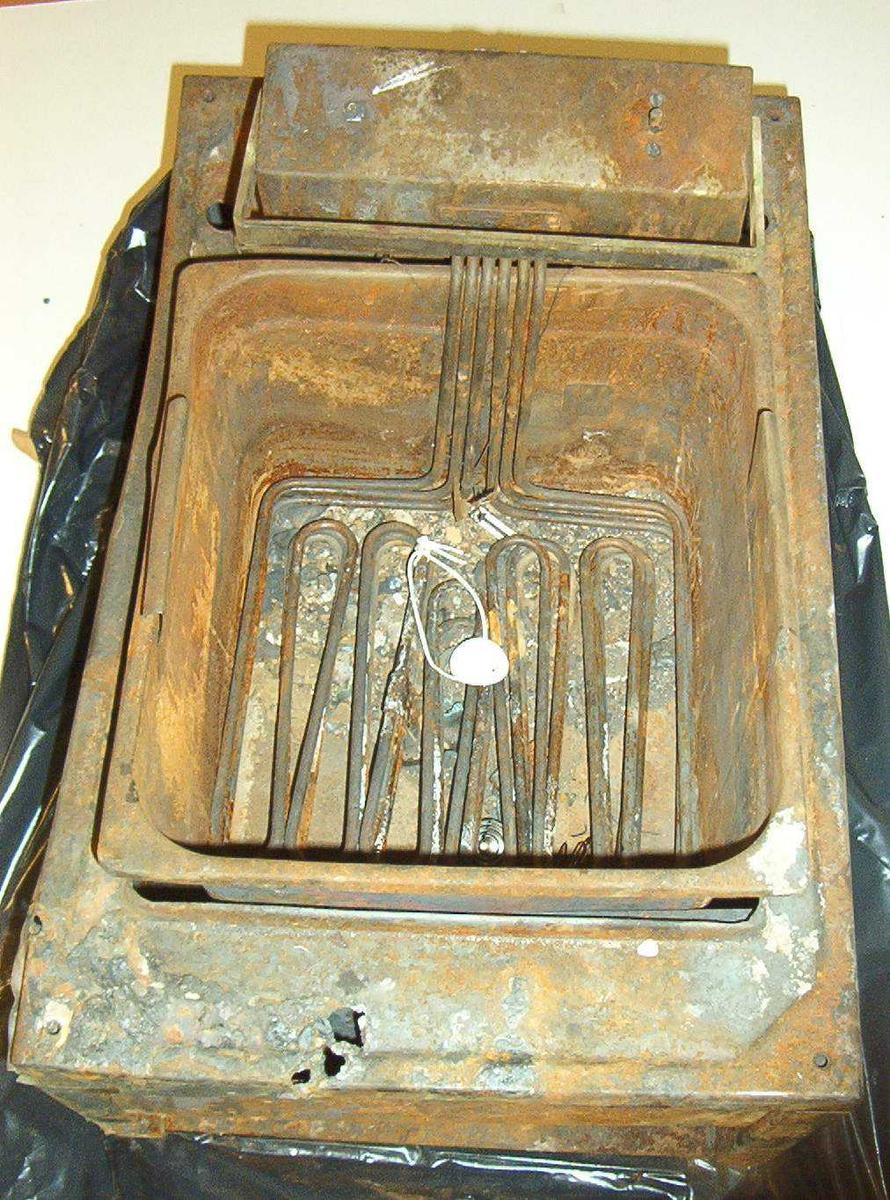 Frityrgryte for storkjøkken. Utbrent, rusten og ødelagt.