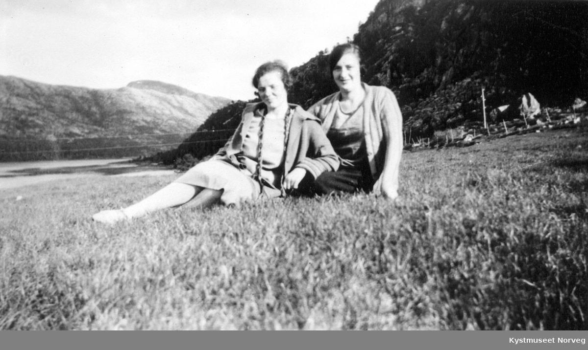 Unge kvinner i gresset.