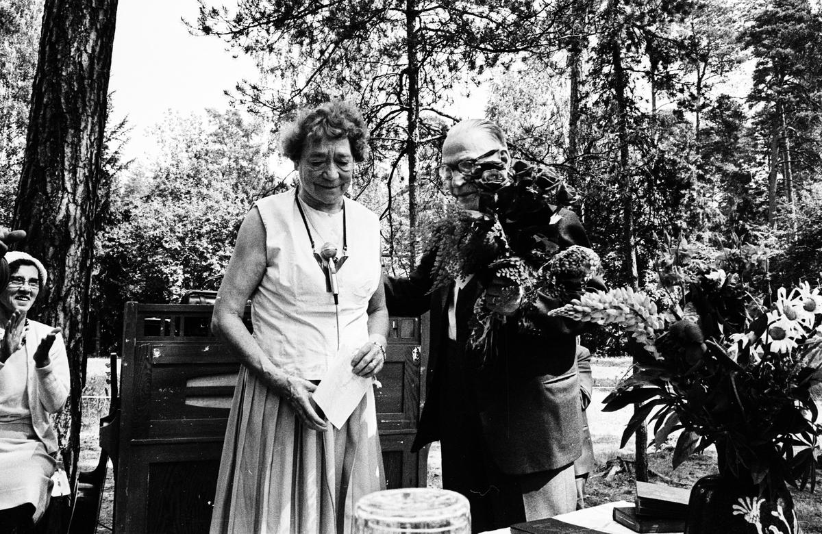 50-årsjubileum för De gamlas dag, Flottsundskyrkan, Sunnersta, Uppsala juni 1966. F. d. skräddarmästare Oscar Kumlin hyllas med blommor