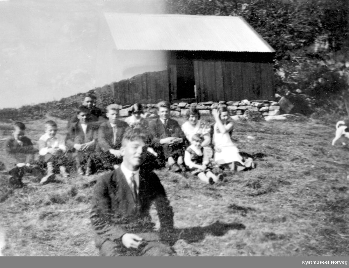 Ukjente barn og unge i gresset