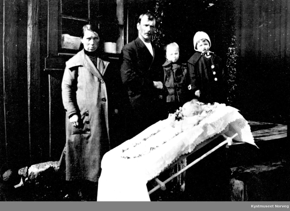 Gravferden til Agno Garstad med foreldrene Martha og Leif og søskene Martin og Helga Garstad