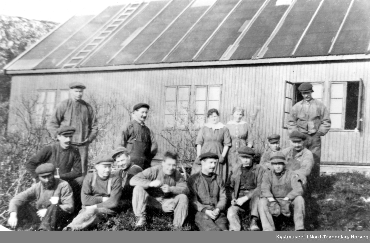"Bakerst fra venstre ""Storsvensken"" Anderson, mann nr 3 foran fra venstre er Johan Bush ellers ukjente under brobygging på Ottersøy"