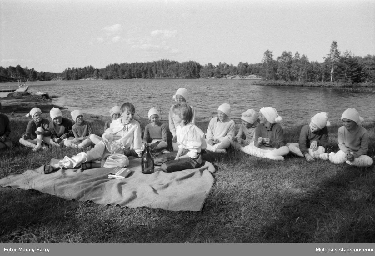 Teaterföreställning med Lindome judoklubb vid Barnsjön i Lindome, år 1984.  För mer information om bilden se under tilläggsinformation.
