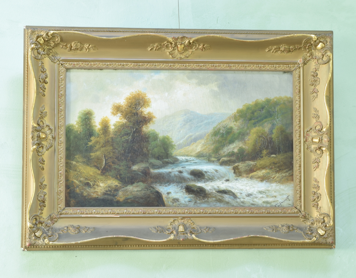 Landskapsmotiv. SEntralt i bildet er det malt en elv med et fjell i bakgrunnen. Langs elvens bredder vokser det trær og busker. Løvet på flere av trærne har blitt gule.