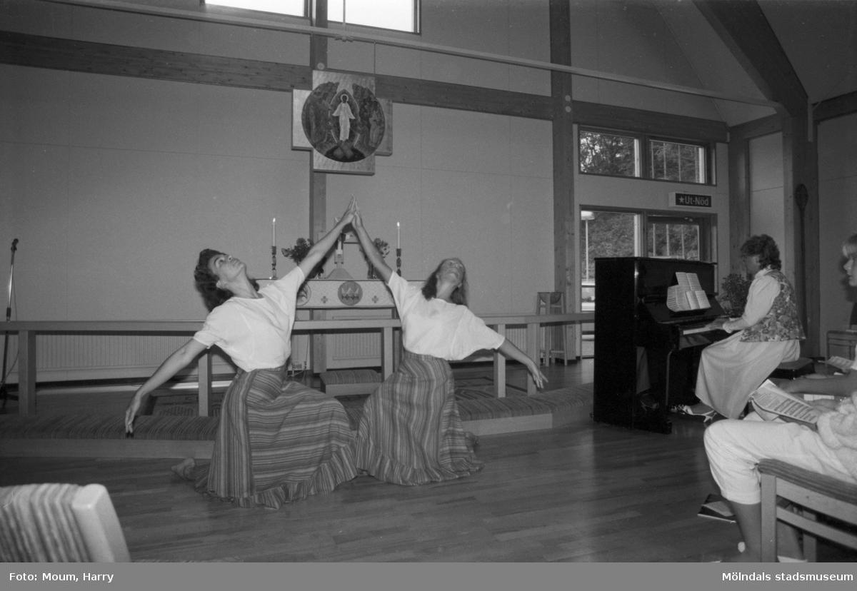 """Lovsångsgudstjänst med dans i Apelgårdens kyrka i Kållered, år 1984. """"Alison Charles och Margot Evans medverkade vid lovsångsgudstjänsten.""""  För mer information om bilden se under tilläggsinformation."""