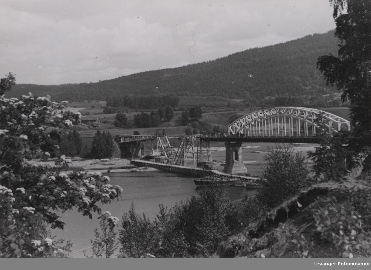 Minnesundbroa delvis sprengt av norske soldater. Tysk pontongbo synes like ved.