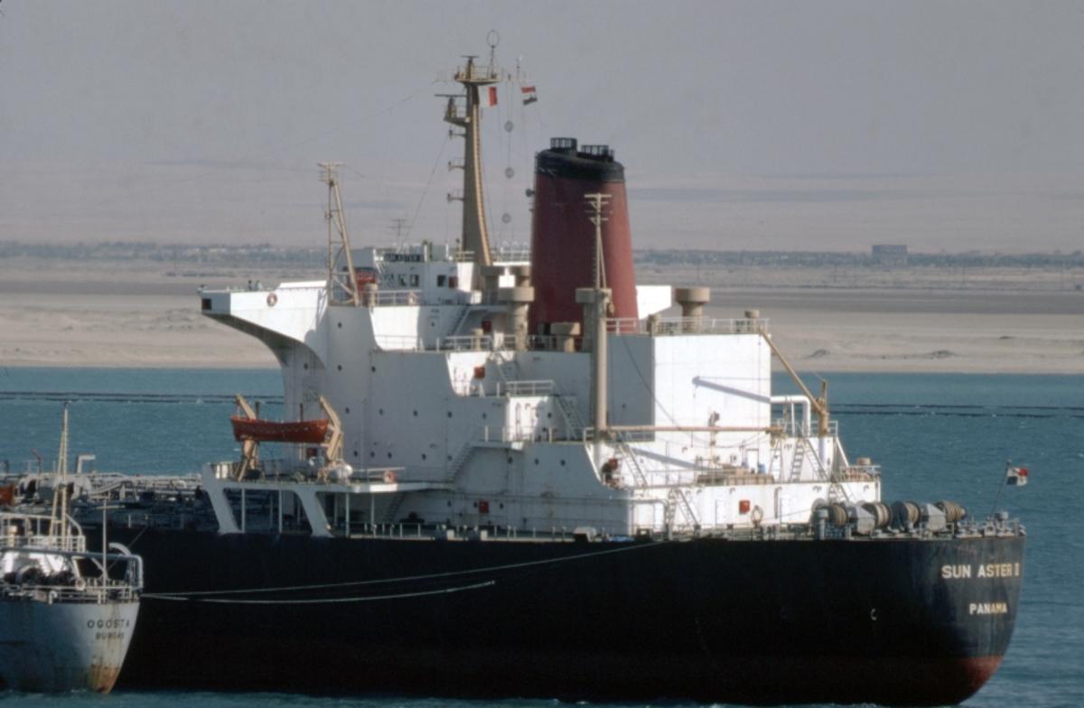 Fartyg: SUN ASTER III                  Bredd över allt 39.0 meter Längd över allt 258,2 meter  Byggår: 1975 Varv: Koyo Dockyard Co., Mihara (JP) Övrigt: Supertankern SUN ASTER III på grund i Suezkanalen. Fartyget seglade ursprungligen som RYUTOKU MARU, från 1979 som SUN ASTER III, från 1983 som CENTURY DAWN, från 1991 som ALANDIA TIDE; det höggs upp i Bangladesh 2000. Fartyget vars akter skymtar t v är den bulgariska tankern OGOSTA (b. 1966, upphuggen 1997). Se även Fo207299DIA och Fo207303DIA i Markefelts samling från samma tillfälle.