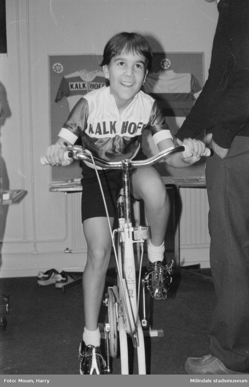 Föreningarnas dag i Kållered, år 1984. Beatrice Cucu från Mölndals Cykelklubb.  För mer information om bilden se under tilläggsinformation.