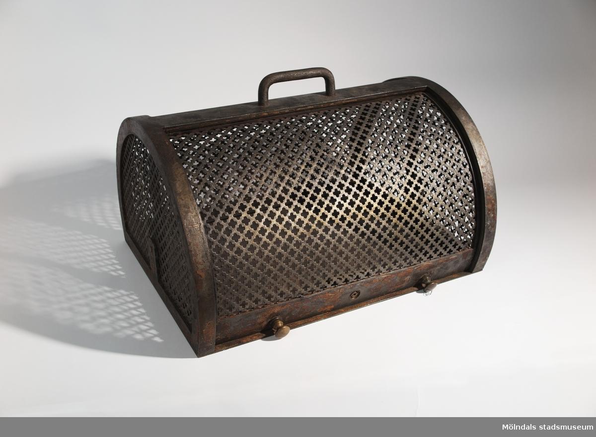Kista för förvaring av sprängmedel. Låsbar och tung kista i järn. För att få tillstånd att använda sprängmedel på en arbetsplats t.ex vid vägbygge, var man tvungen att förvara det säkert.