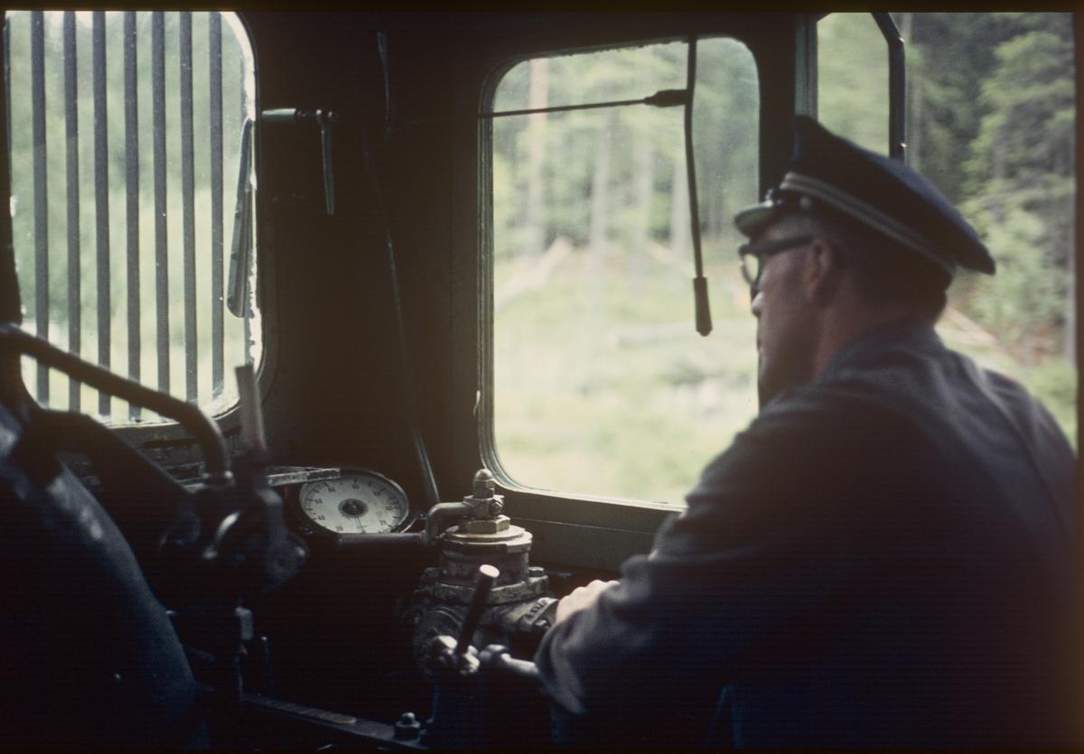 Ombord i godstog på Numedalsbanen, trukket av damplok 21b nr. 225.