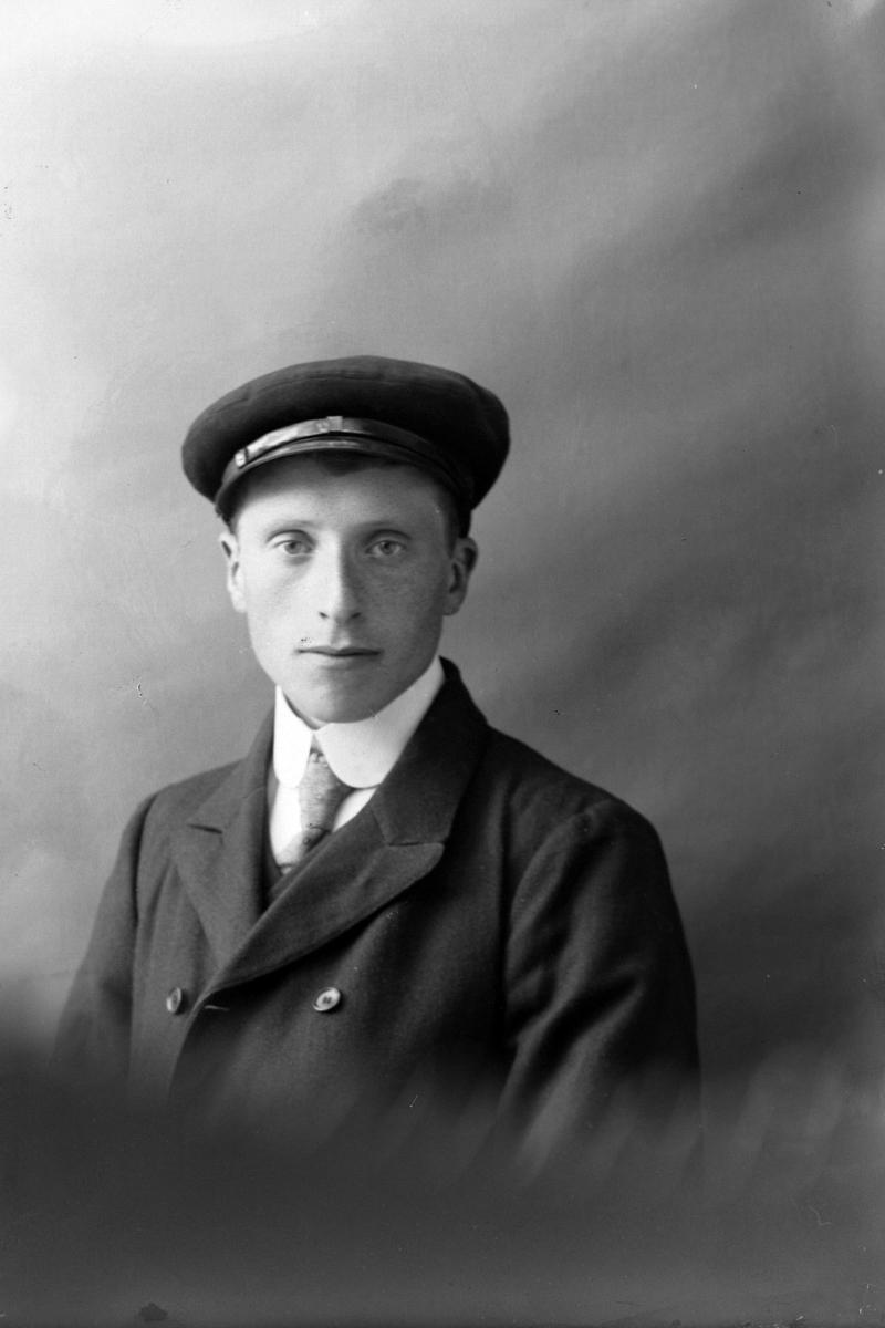 Studioportrett av en mann med kasjettlue.