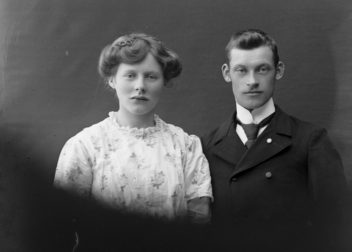 Studioportrett av en kvinne og mann i halvfigur.