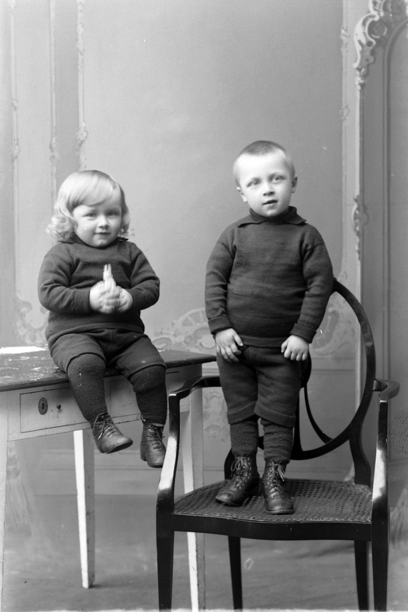 Studioportrett av to barn i helfigur, muligens brødrene Stockfleth.