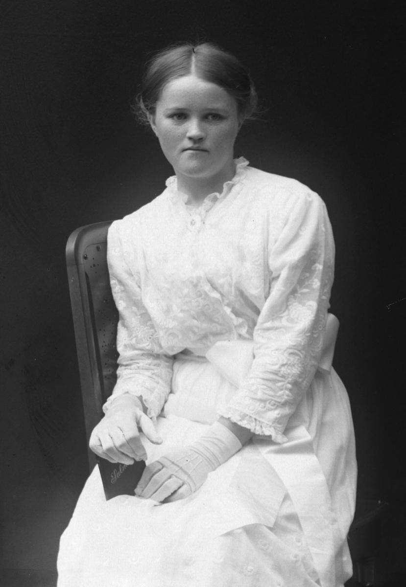Studioportrett av en ung pike, muligens Elida Aasebøstøl.