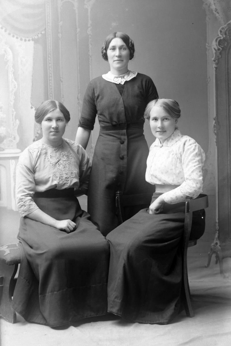 Studioportrett i helfigur av søstrene Granås.