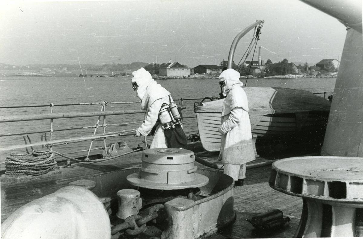 Sjömansskolans elever övar skyddstjänst ombord på Oscar II.