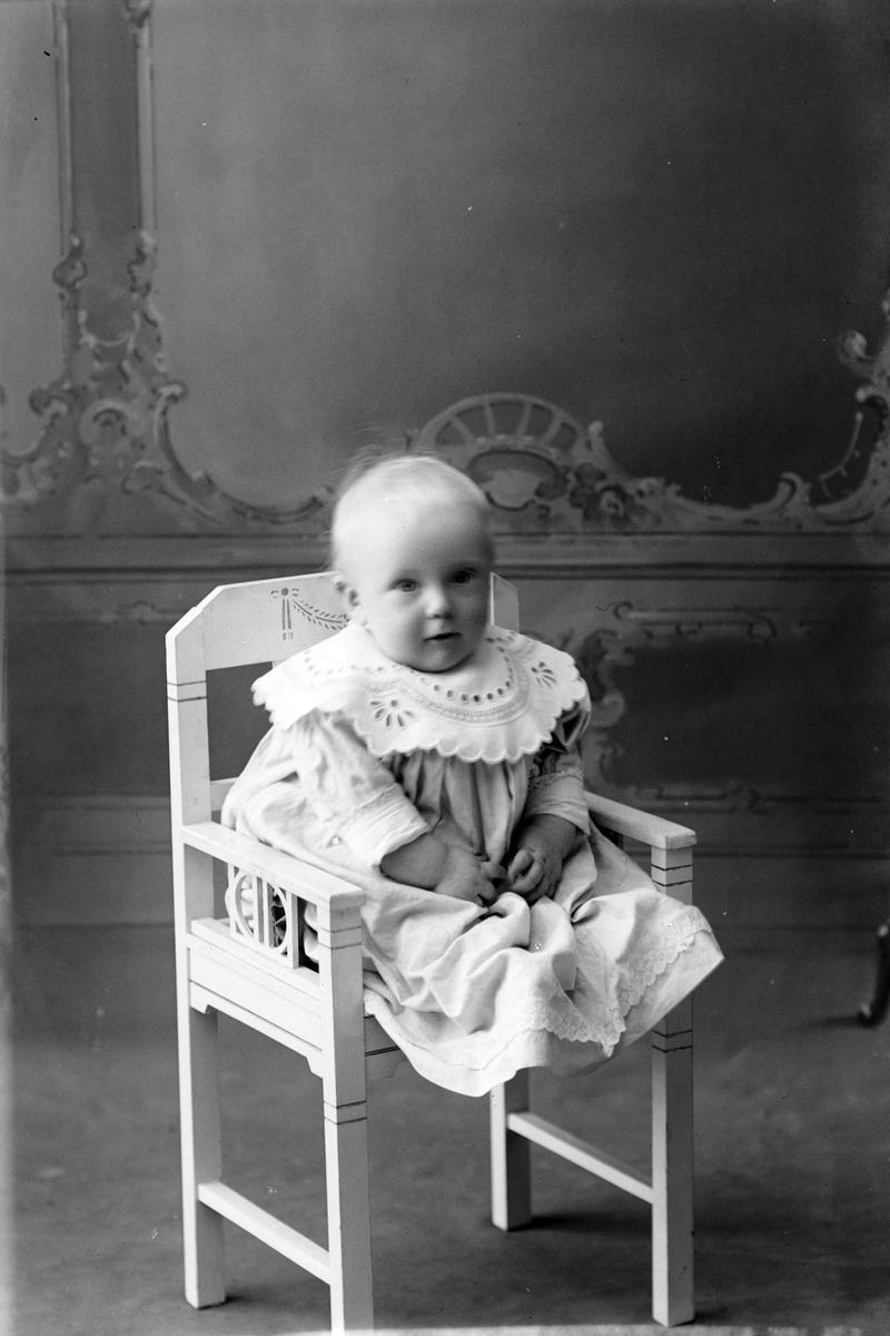 Studioportrett av en ung Arne Kiønig i helfigur.
