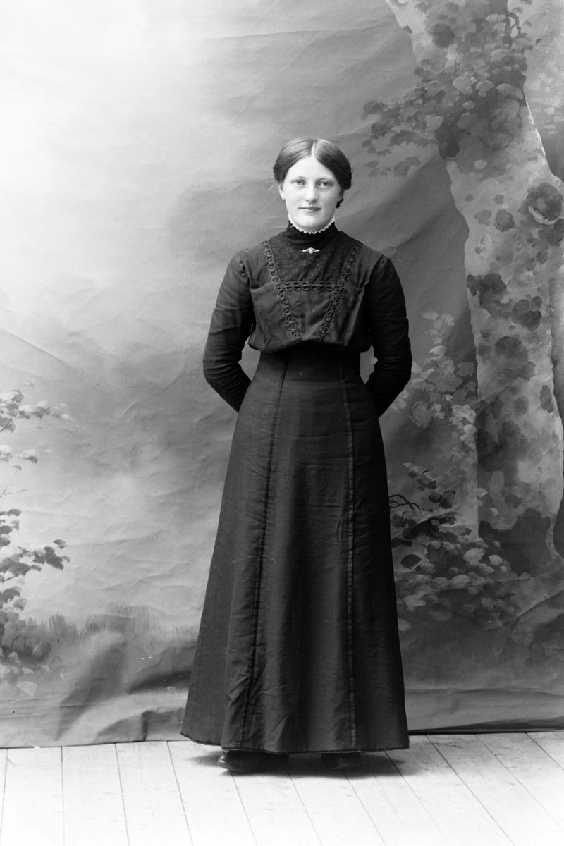 Studioportrett av Josefine Olsen i mørk kjole.