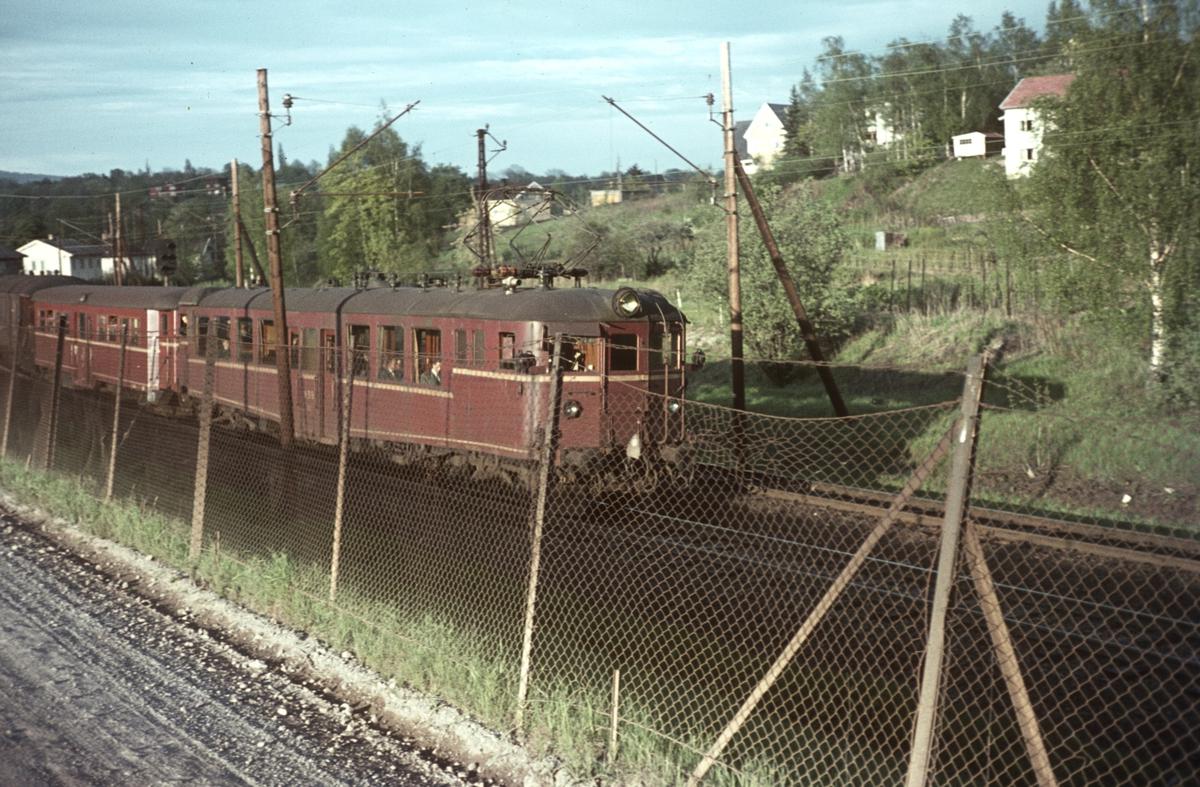Lokaltog på Drammenbanen med motorvogn type 65a.